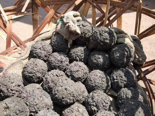 A closer view of coaldung. For kerosene to take its place, a litre would have to cost less than EUR 0.50